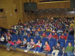 Los pequeños de Educación Infantil y el primer ciclo de Educación Primaria llenaron el 'Cine Amor' de Aguilar.